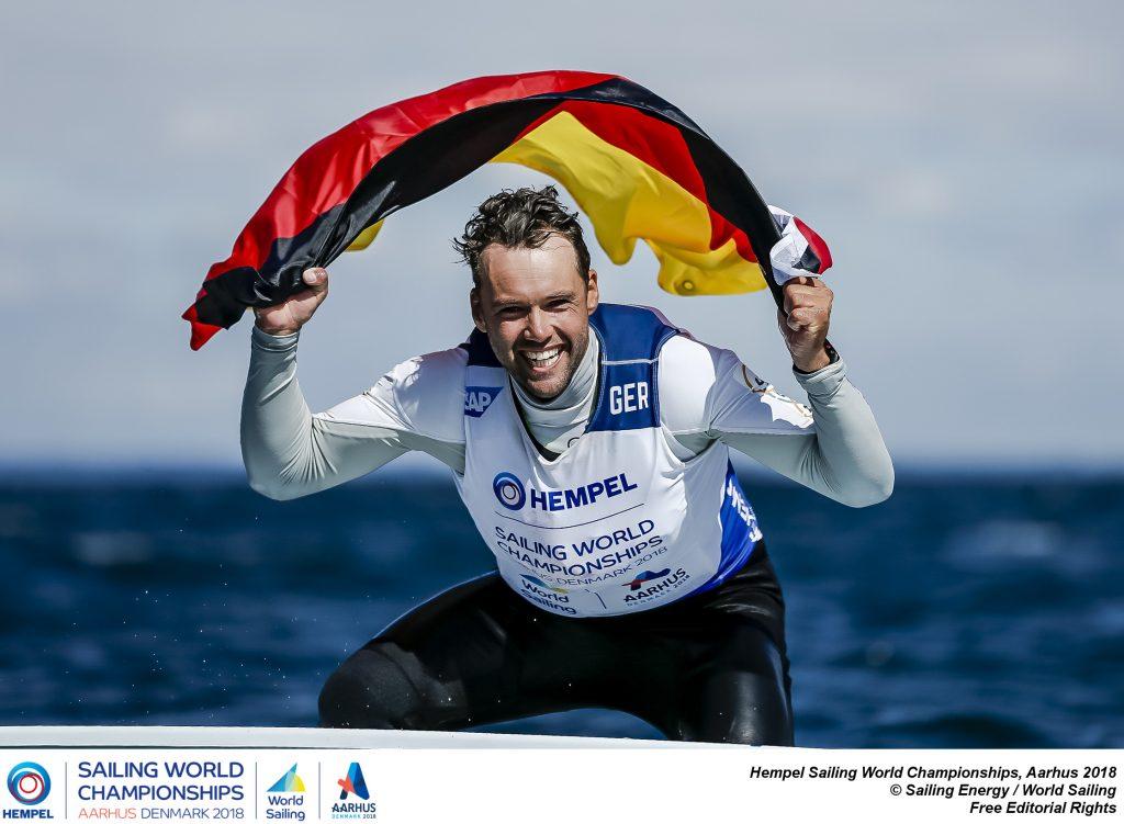 Unbändige Freude über Bronze. Die Flagge trug Philipp Buhl während des Medal Race übrigens in der Schwimmweste. Foto: Sailing Energy