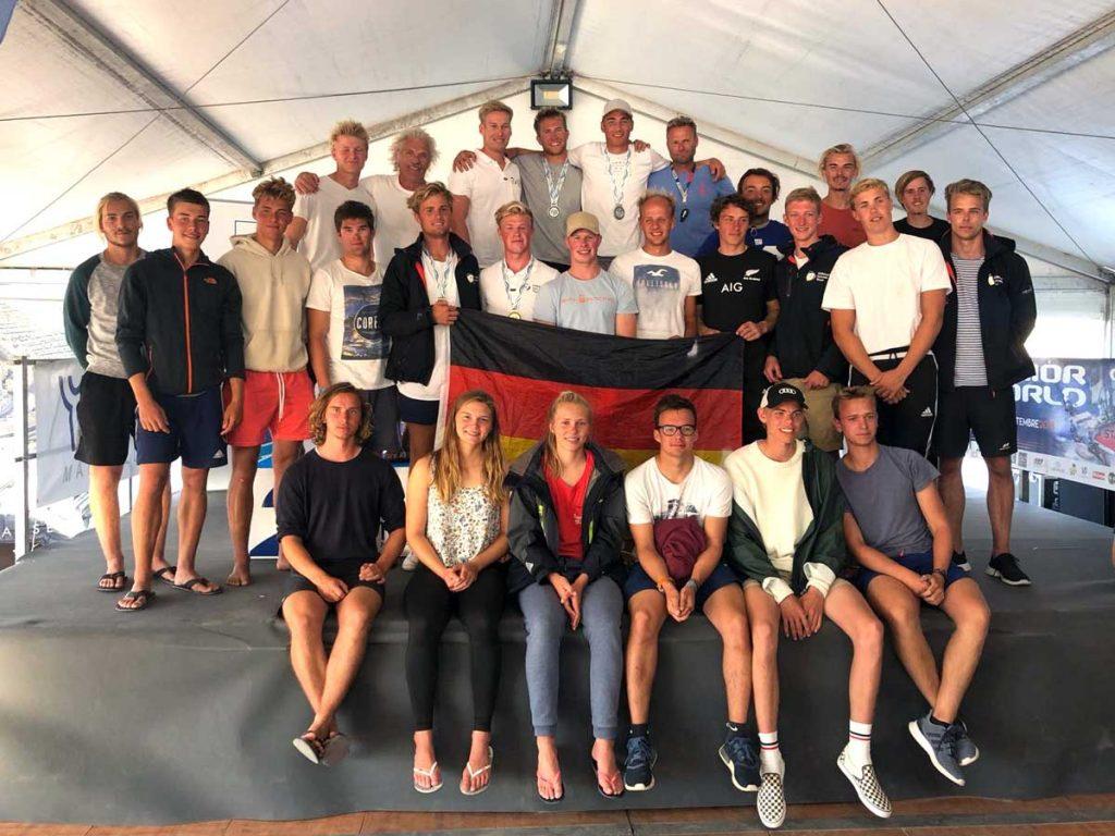 Die deutschen 49er/49er FX-Teams mit den Trainern und Betreuern in Marseille