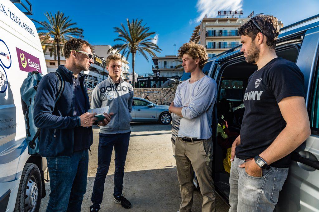 Teambesprechung vor der Trofeo Princesa Sofia mit Alex Schlonski, Theo Bauer, Nik Willim und Philipp Buhl (v.l.n.r.). Foto: Lars Wehrmann