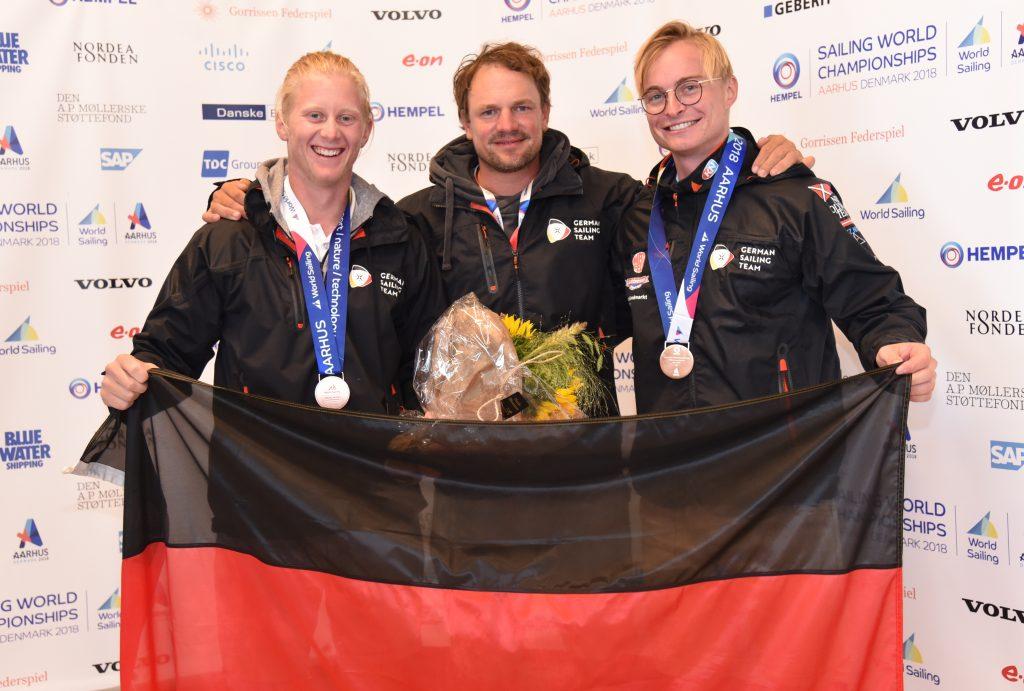 Tim Fischer und Fabi Graf mit Trainer Max Groy. Der gewann an der Vorschot von Marcus Baur vor 14 Jahren die letzte deutsche WM-Medaille im 49er
