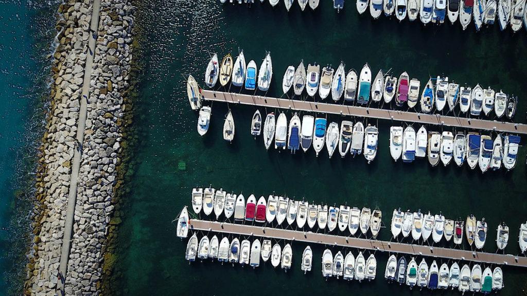 Hafenliegeplätze und Campingliegeplätze sollen nach Ansicht des BFH steuerlich gleich behandelt werden. Foto: Unsplash