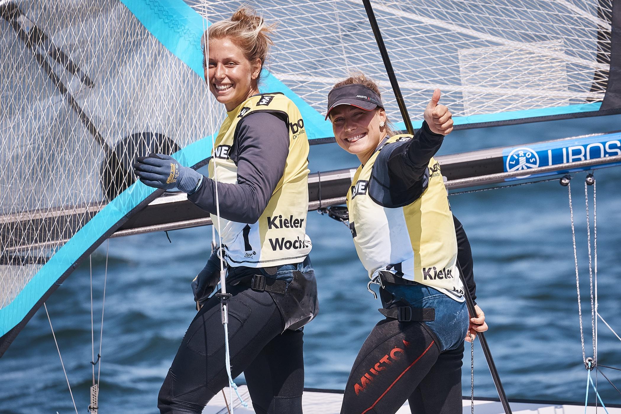 Vicky Jurczok und Anika Lorenz freuen sich über ihren ersten Kieler Woche-Sieg. Foto: DSV/Felix Diemer