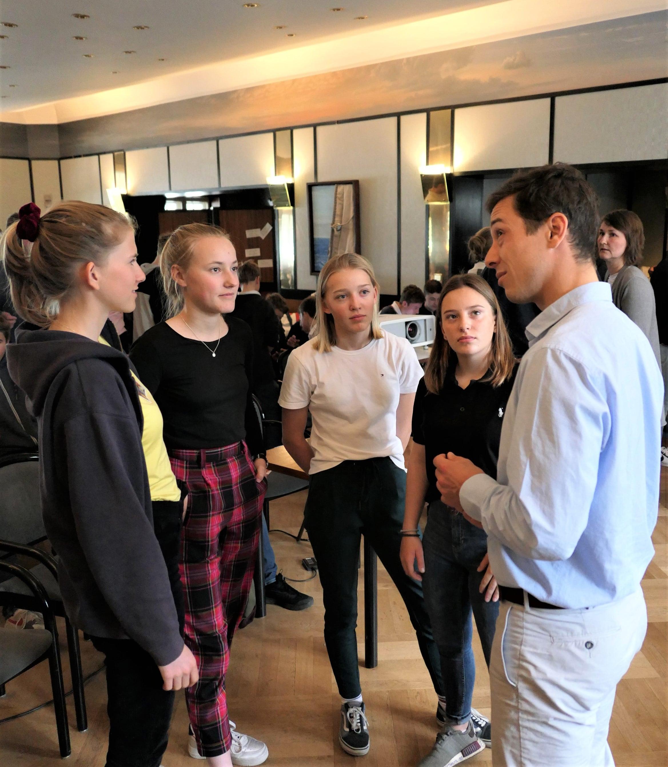 Thomas Plößel im Gespräch mit Nachwuchsseglerinnen