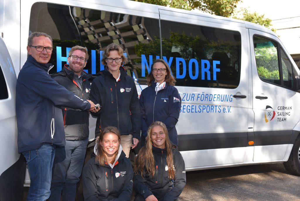 (vlnr): Jocky Hellmich (HNV), Hendrik Ismar (Junioren-Bundestrainer 470er), Nadine Stegenwalner (DSV-Sportdirektorin), Petra Niemann-Peter (1. Vorsitzende HNV). Untere Reihe: Theres Dahnke und Birte Winkel (Deutsche Juniorenmeisterinnen 470er)
