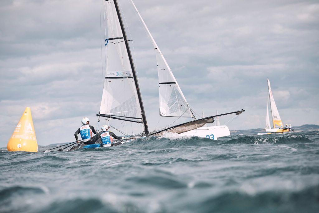Paul Kohlhoff und Alica Stuhlemmer wurde eine Kenterung im vorletzten Gold Fleet-Rennen zum Verhängnis. Foto: Felix Diemer